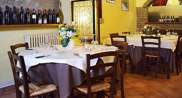 Tavoli sobri, eleganti e curati in ogni dettaglio Ristorante Pizzeria Il Borgo